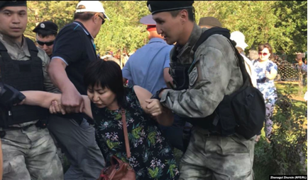 6 July 2019. Detaining a woman in Aktobe. Photo: Radio Azattyk.