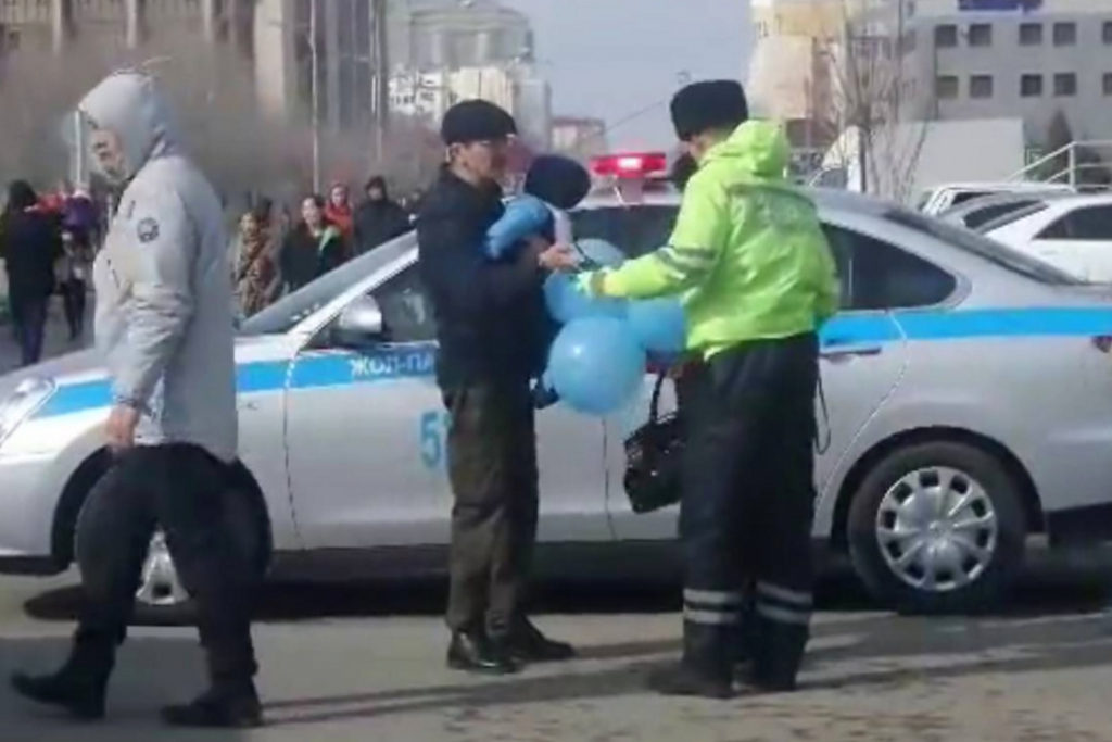 Police officers are verifying IDs of people who are walking with blue balloons. Source: OSCEKZ channel on Youtube